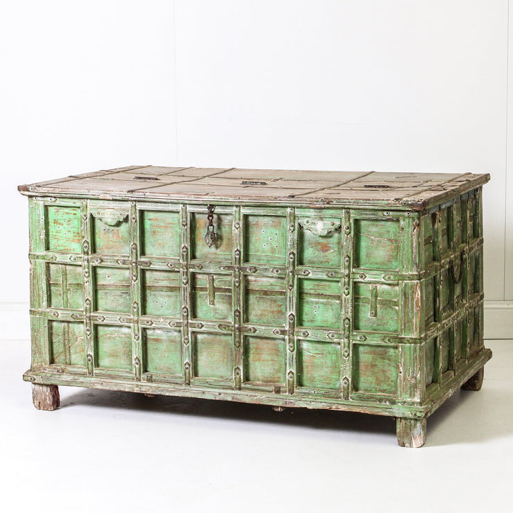 IFU0819-44 Vintage Indian Chest