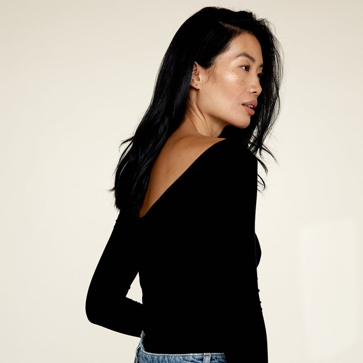 Woman modelling the back of The Three Quarter undershirt from Numi in black