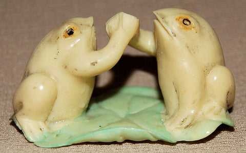 Resin Frogs Hi-5 on Lily Pad