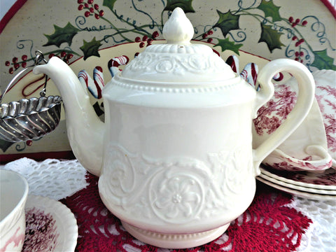 Teapot Wedgwood Embossed Patrician Floral Creamware 1969 4-6 cups