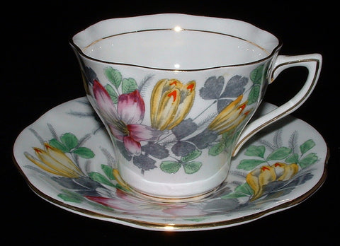 Rosina Shamrock Cup And Saucer England Crocus Tulip 1940s - Antiques And Teacups - 1