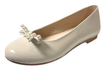 Oca-Loca Girl's Pearl Bow Patent Leather Ballet Flat, Hielo (Egg Shell)