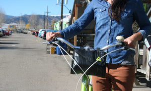 green guru cruiser cooler bike handlebar bag made of upcycled bike tubes in use green guru lifestyle