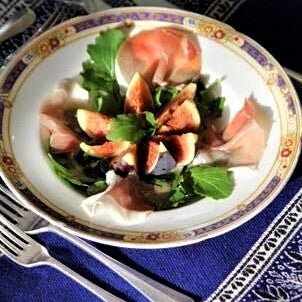 Perfect light salad of figs, prosciutto and rockets