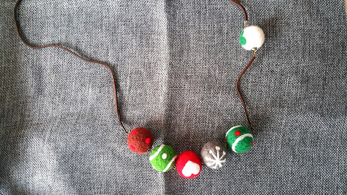 needle felt tutorials for beginners --How to make necklace, bracelet and keycharm with needle felted balls_82