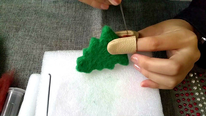 needle felt tutorials for beginners -- How to make needle felted Christmas tree ornament