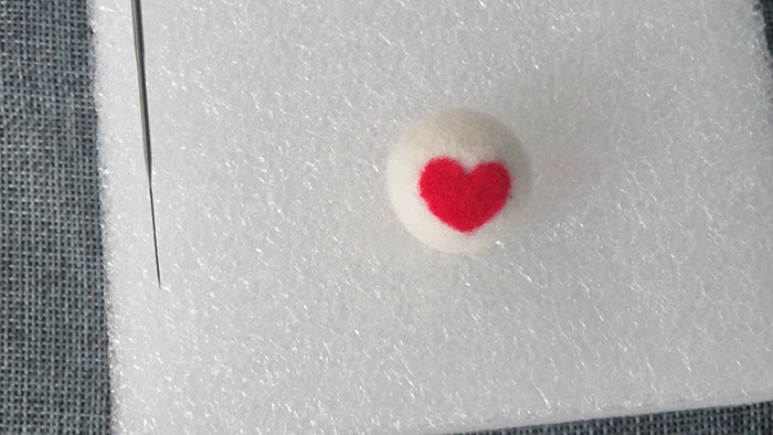 How to make needle felted wool ball with spots and hearts?——8