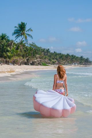 Kololo Pink Seashell floaty walking at the beach with little waves