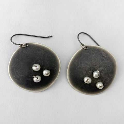 Disc earrings with woven pearls