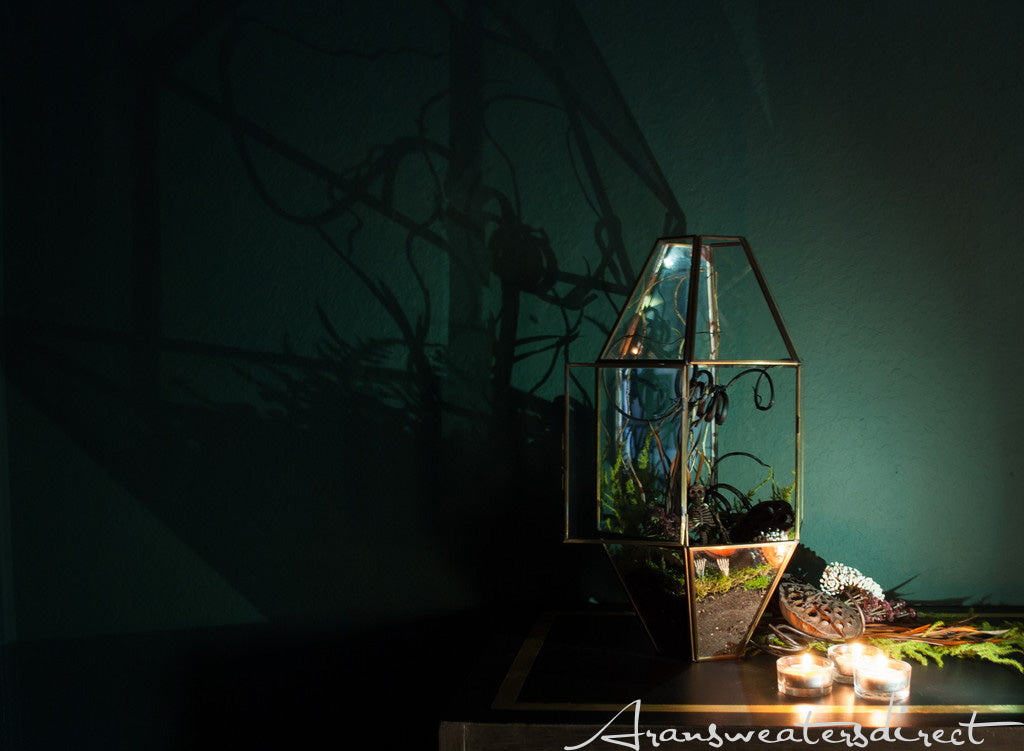 Even in the dark, this DIY halloween terrarium looks totally pleasing. #halloween #DIY #decorations
