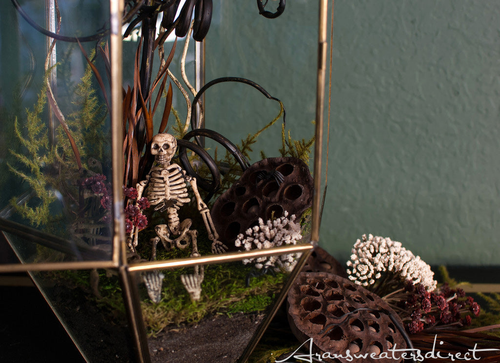 A spooky terrarium that you can feast your eyes on. #halloween #DIY #decorations