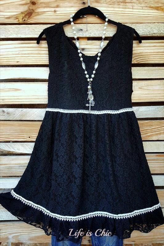ROMANCE IN THE CITY PRETTY LACE DRESS IN BLACK