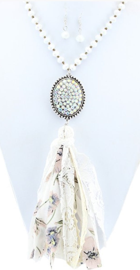 D'AMOUR CRYSTAL CHARM SET NECKLACE IN OFF WHITE