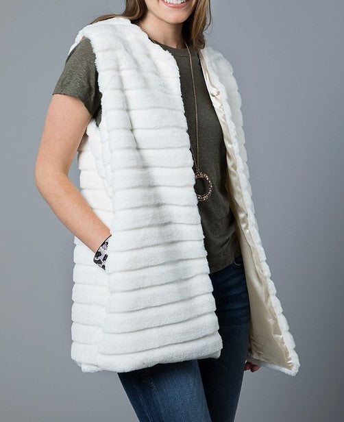 THE PERFECT TOUCH  SOFT FAUX FUR VEST WITH POCKETS IN IVORY