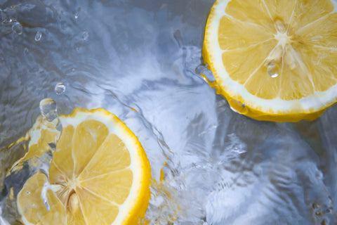Image: Slices of lemon floating in fresh cold water