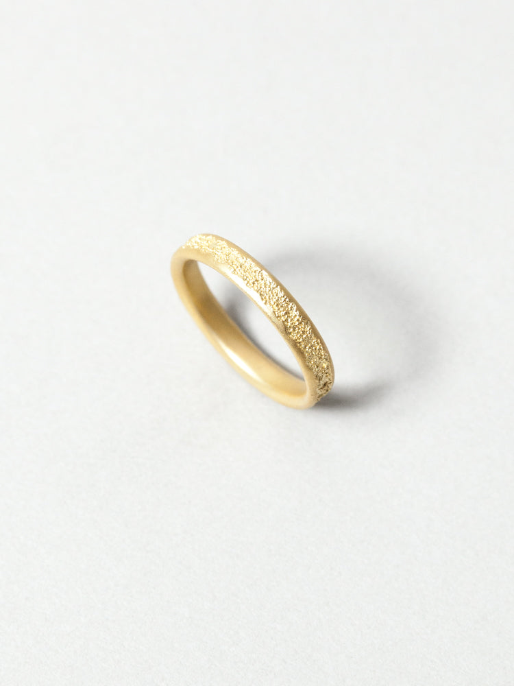 Center Cast 18K Gold Wedding Band