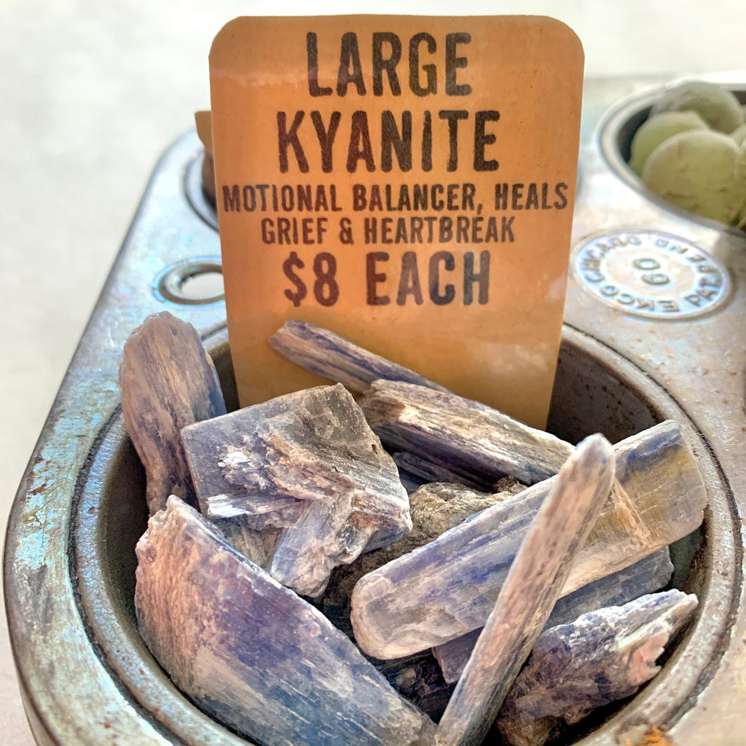CRYSTALS | Kyanite