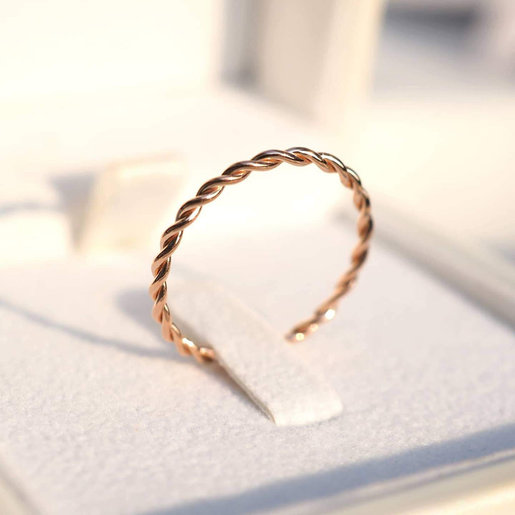 1.2 MM. RELAXED TWIST BAND RING