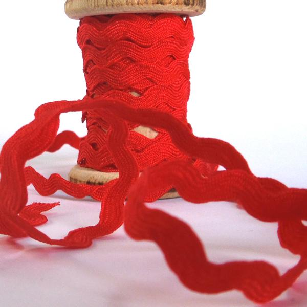 10 mm Christmas Red Ric Rac Ribbon on a Wooden Spool, 3 Metres of 3/8 inch Xmas Red Zig Zag Ribbon on Wooden Bobbin