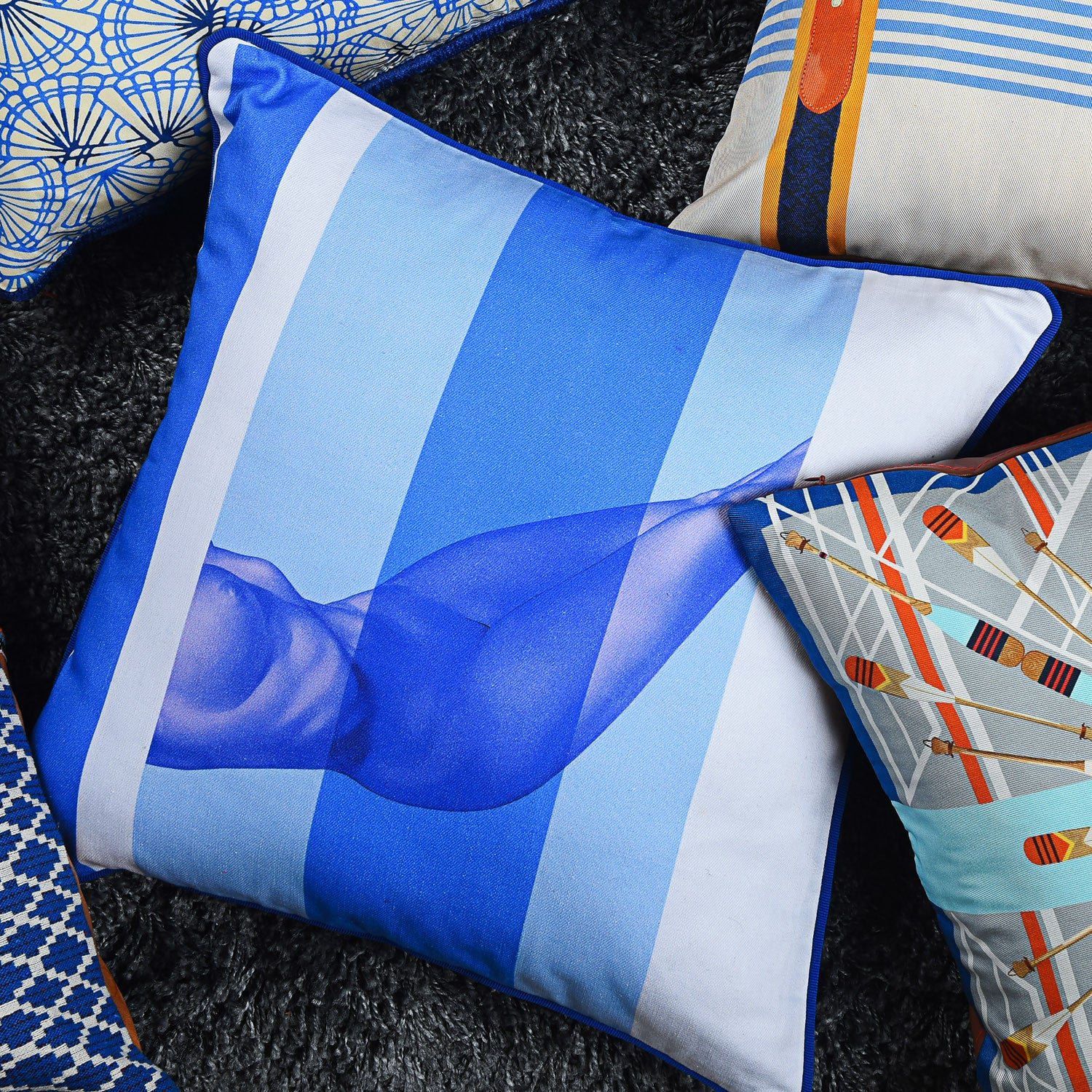 Cotton blue & white reclining nude print cushion - Bivain - 2