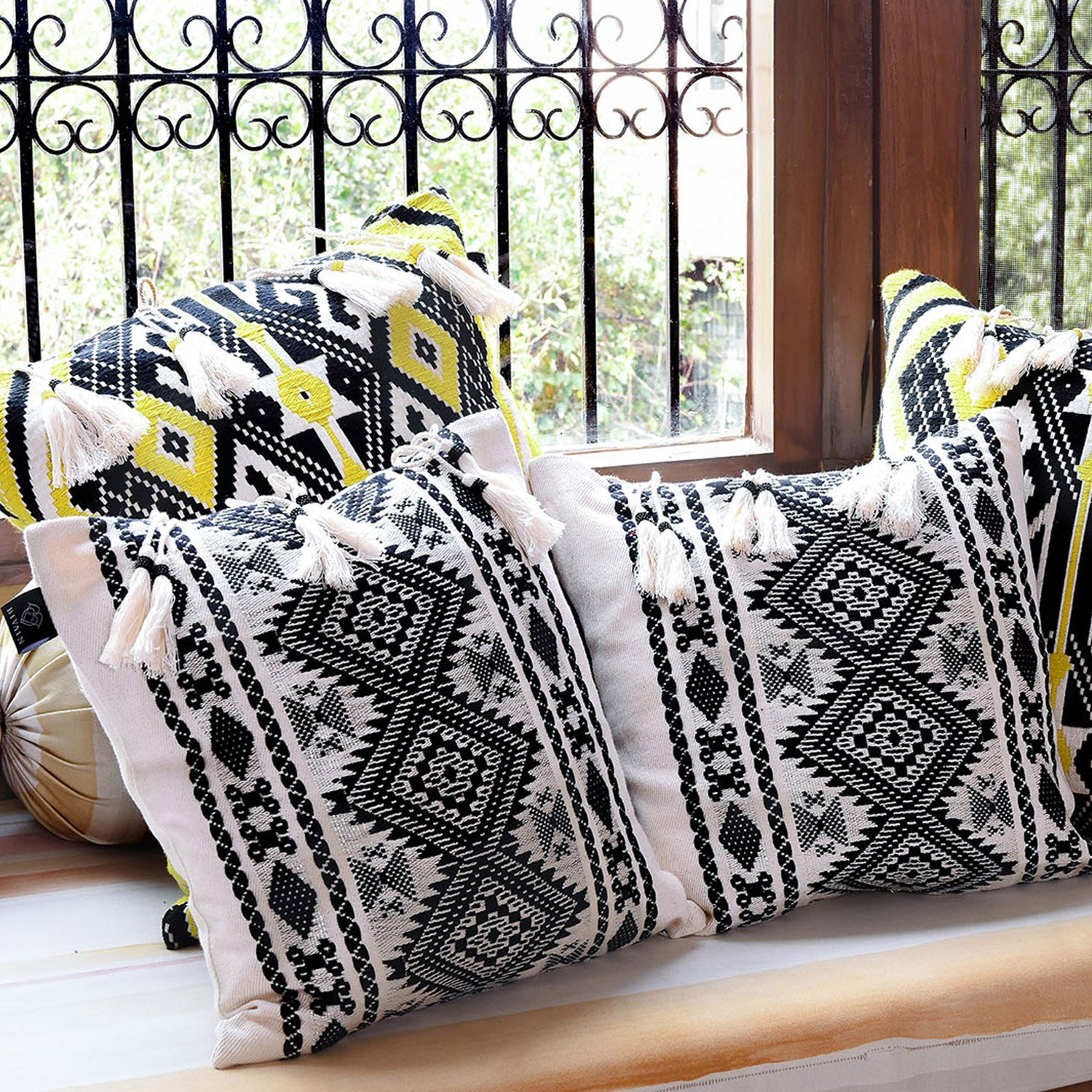 Bedouin-style black & white tasselled cotton cushion - Bivain - 3