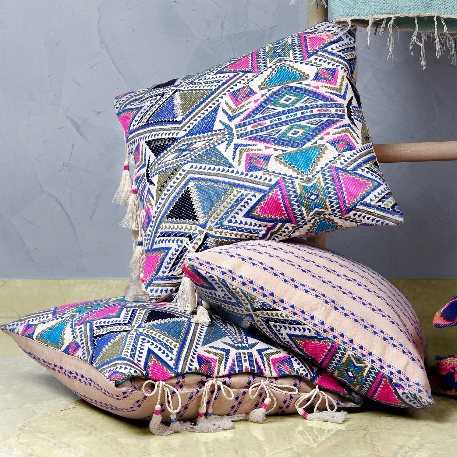 Bedouin-style pink, blue & white cotton tasselled cushion - Bivain - 3