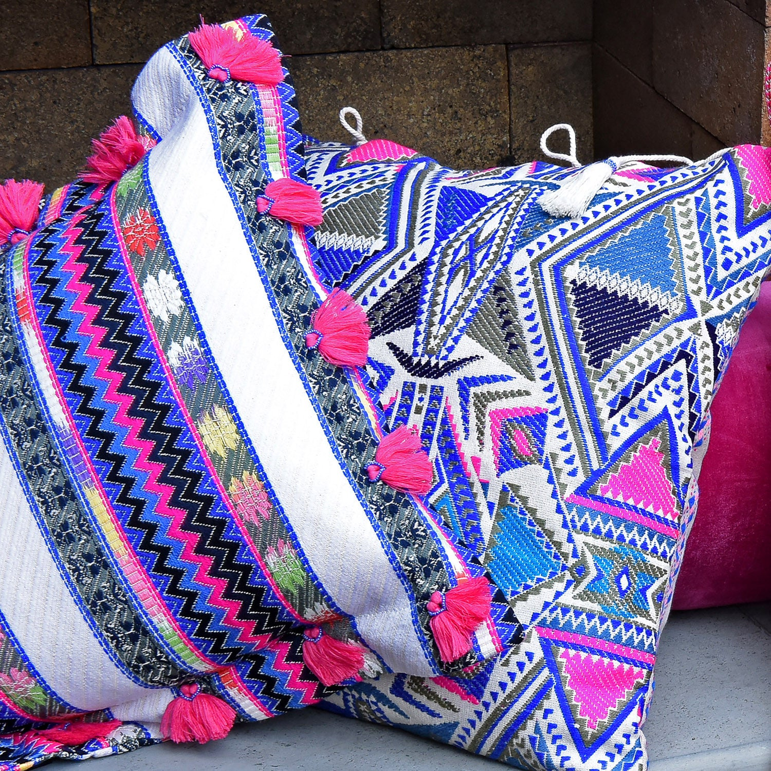 Bedouin-style cotton cushion with pink tassels - Bivain - 3
