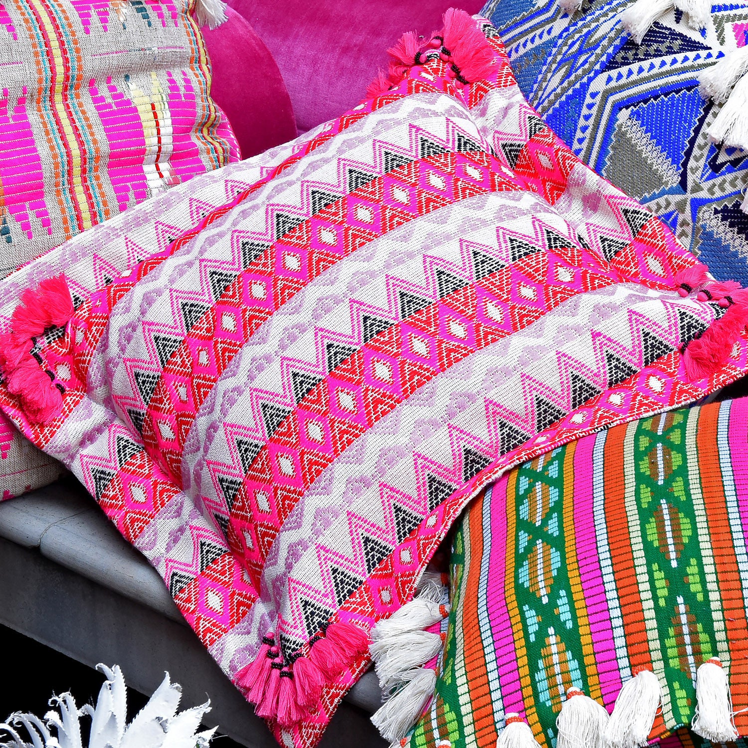 Bedouin-style pink cotton tasselled cushion - Bivain - 3