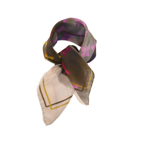 Foulard soie avec imprimé multicolore; Silk scarf with delicate and stylish print.