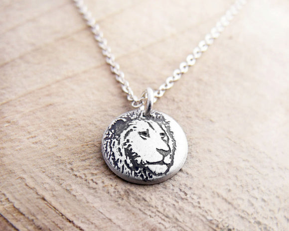 Tiny lion necklace in silver