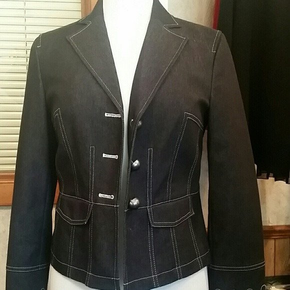 Womens Beautiful Jean Jacket Size M - Jackets and Blazers