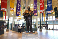Travelbay USA Tours - 11 Day Deep South Tour - New Orleans, Nashville & Memphis - BB KIng Statue, Memphis