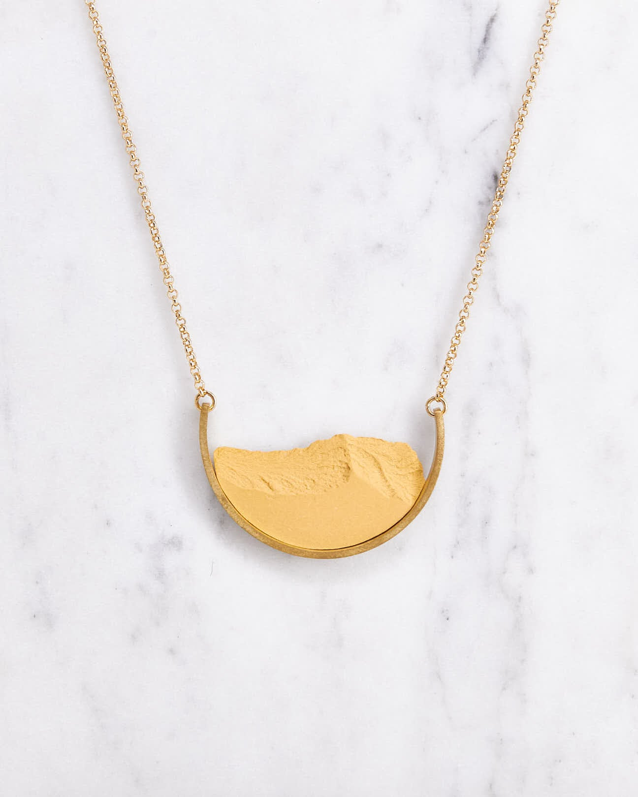 Necklace-dsnu-smallcurve-gold-mustard-Nuovum-Localdesigners-Barcelona