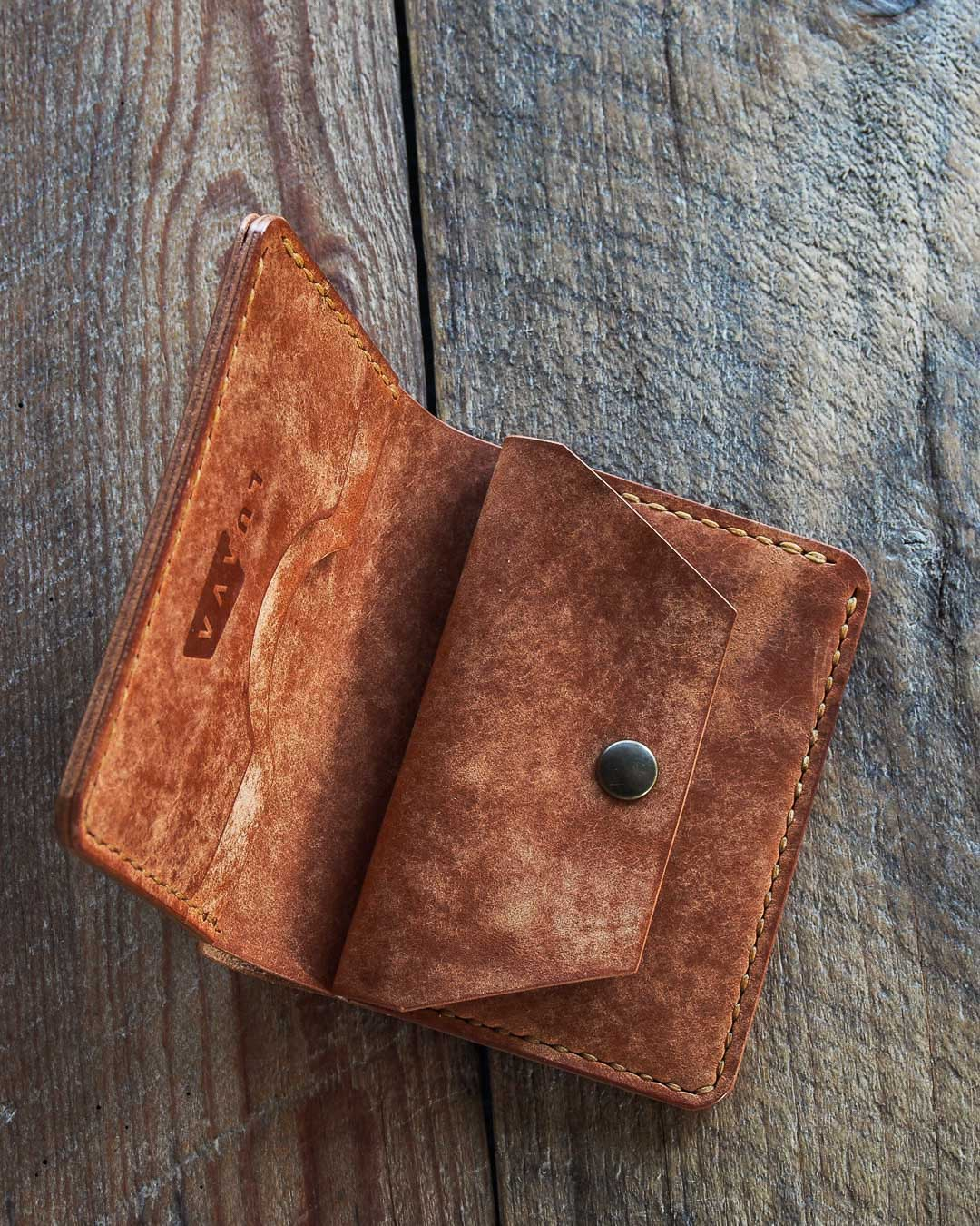 This is Luava handmade leather wallet Koloss. Handcrafted in Finland and it's made with vegetable tanned cow leather called Pecos Raw Whiskey by an Italian tannery called Conceria La Bretagna.