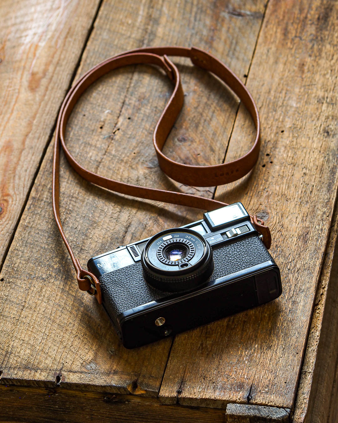Luava handcrafted leather camera strap made with pueblo cognac, world-famous leather from Tannery Badalassi Carlo. This camera strap is with Wide neck pad and Luava has many other camera straps available like camera wrist strap.