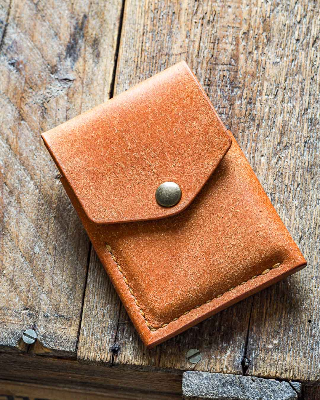 Luava handmade leather wallet handcrafted card holder cardholder made in finland overfold badalassi carlo pueblo cognac front angle