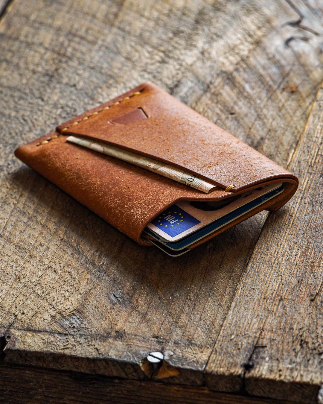 Luava handmade leather wallet handcrafted card holder cardholder made in finland vortex badalassi pueblo cognac front in use angle
