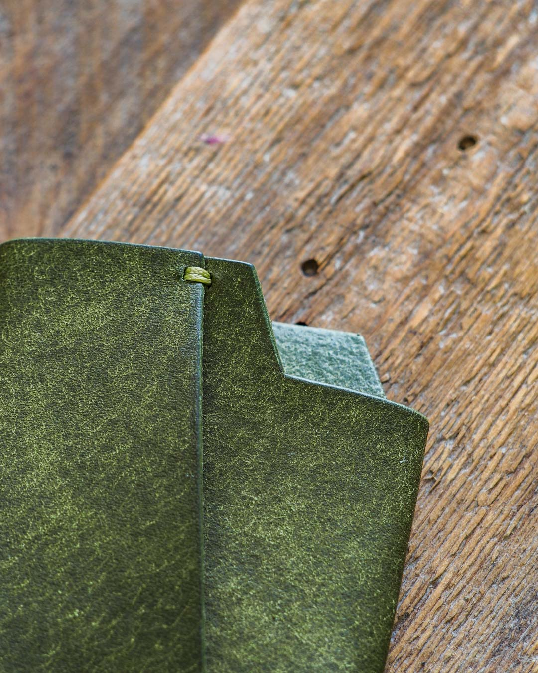 Luava handmade leather wallet handcrafted card holder cardholder made in finland vortex pueblo olive front detail