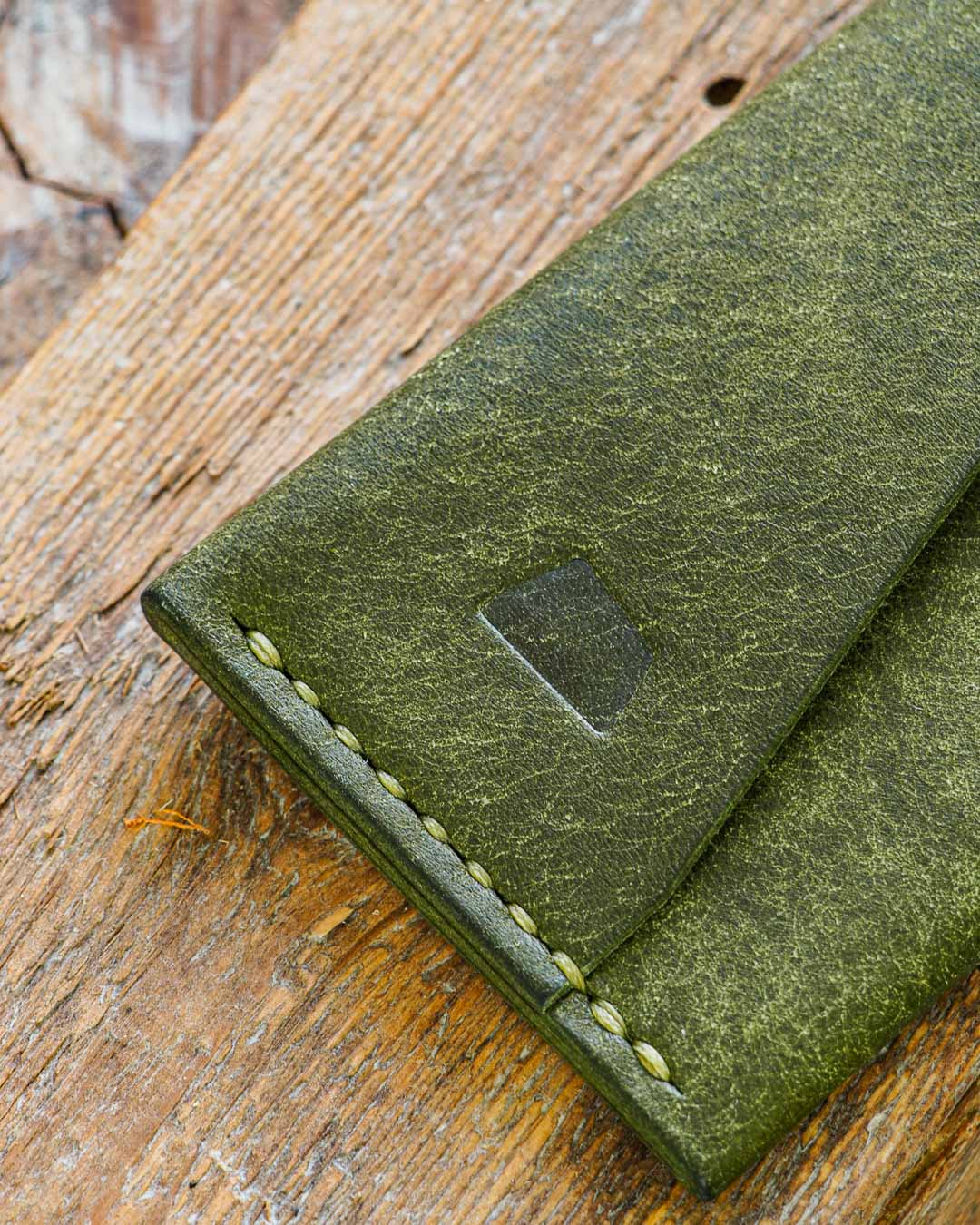 Luava handmade leather wallet handcrafted card holder cardholder made in finland vortex pueblo olive front deatil angle