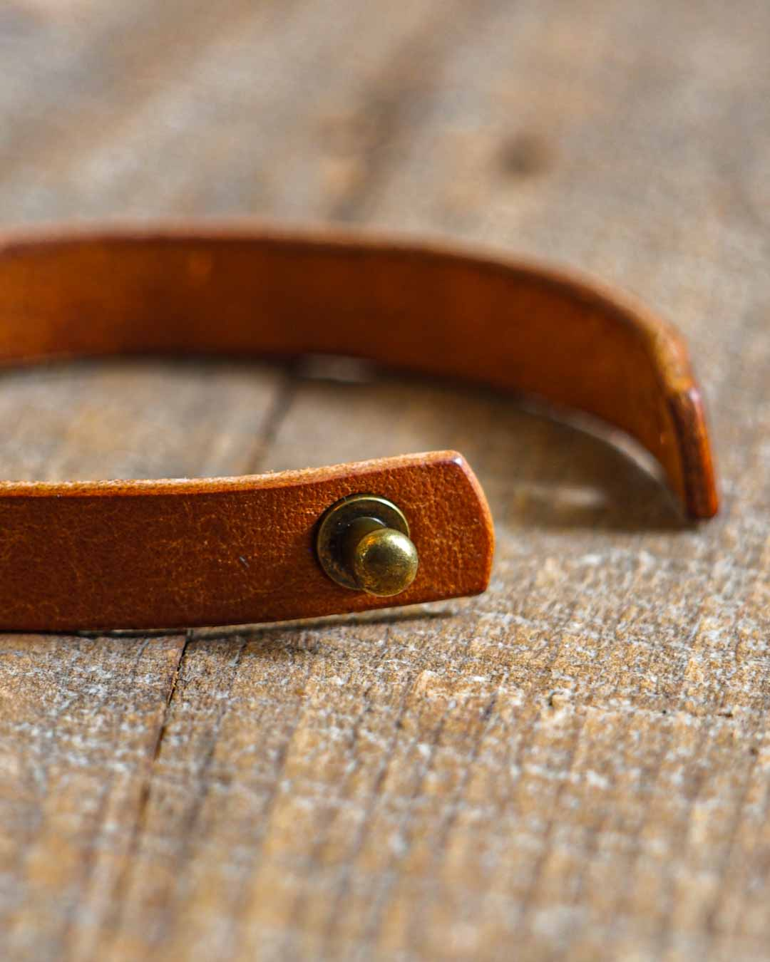 Luava leather wrist band cognac antique brass stud