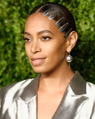 https://www.crfashionbook.com/fashion/g19663036/celebrity-90s-beauty-trend-hair-accessories-bobby-pins-barrettes/?slide=3