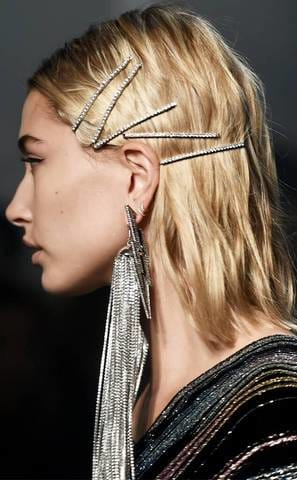 https://www.eonline.com/au/news/914229/headbands-claw-hair-clips-and-more-90s-hair-trends-make-a-comeback