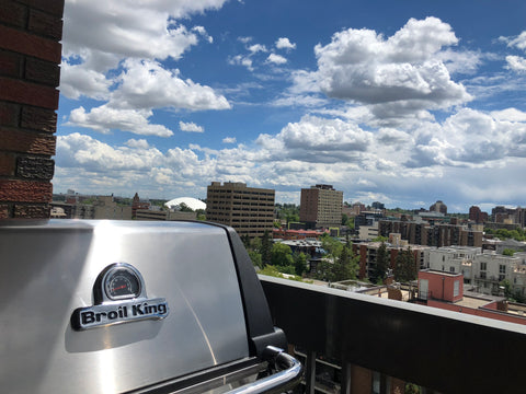 Grill This Summer With The Broil King Monarch 320 - Natural Gas | Barbecues Galore: Burlington, Oakville, Etobicoke & Calgary