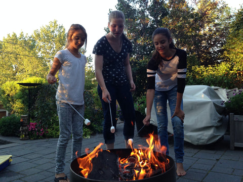 Kids Roasting Marshmallows over fire Brander Smoresy Campfire Skewers