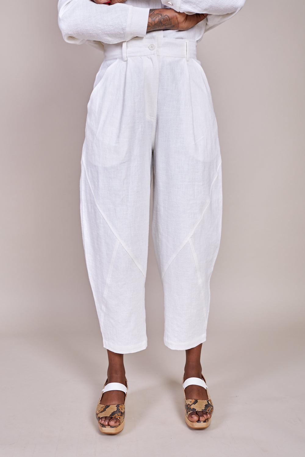 7115 by Szeki Signature Lantern Trouser in Off White - Vert & Vogue