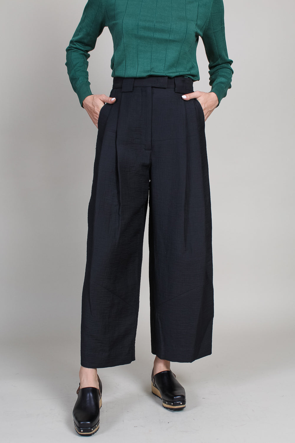 Cropped Divide Pant in Black