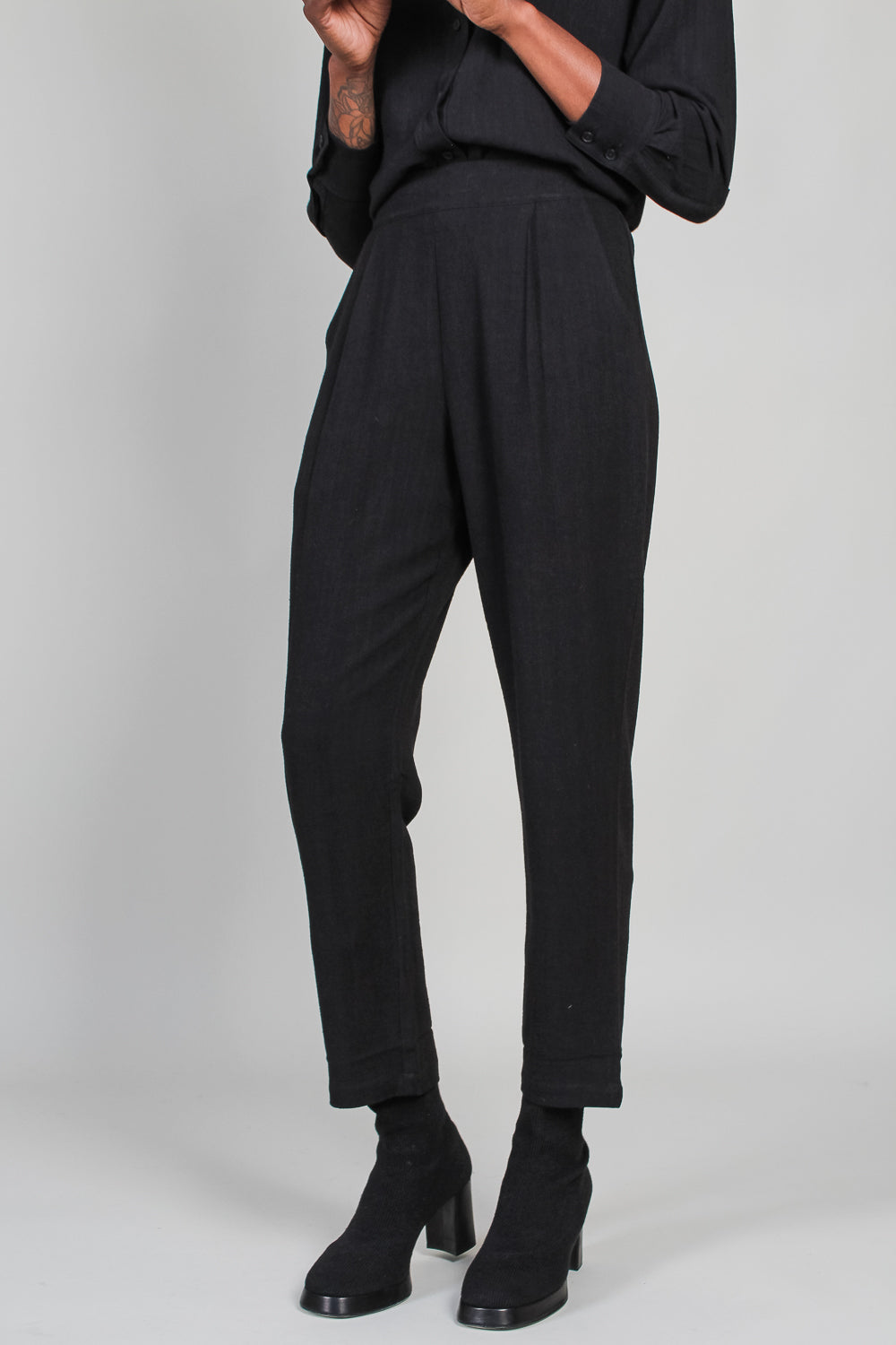Signature Relaxed Tapering Trouser in Black