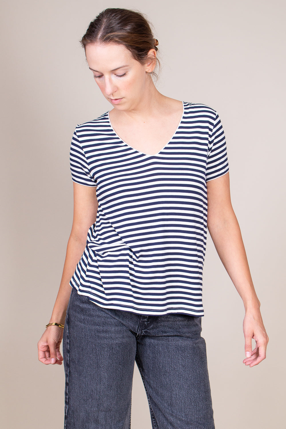 Striped S/S V-neck in Milk/Marine