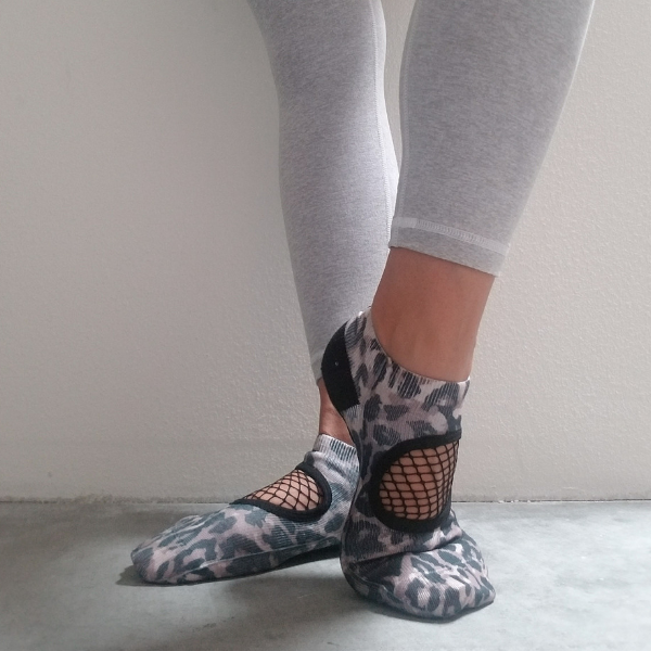 arebesk socks in leopard with fishnet closed toe