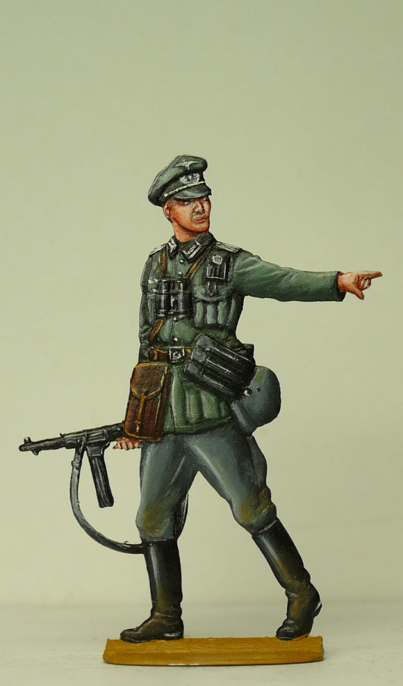 Officer with Schmeisser (MP/40), pointing - Glorious Empires-Historical Miniatures